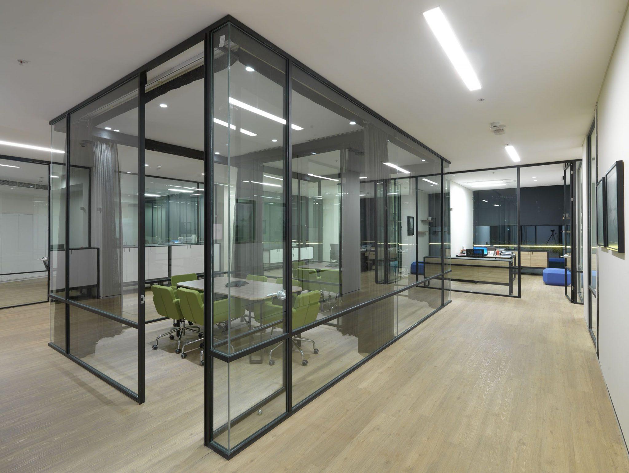 divisoria-alto-padrao-piso-teto-gaiola-vidro-aluminio-preto.jpg