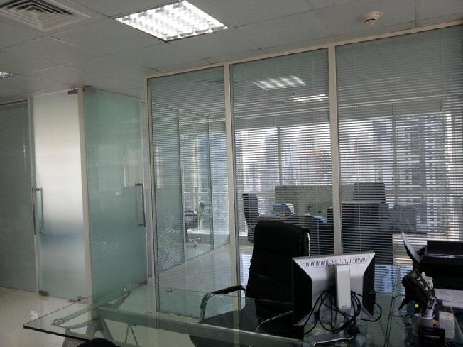 divisoria-com-micro-persiana-entre-vidros-do-piso-ao-teto.jpg