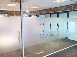 divisoria-de-vidro-de-alto-padrao-vidro-jateado-com-logotipo.jpg