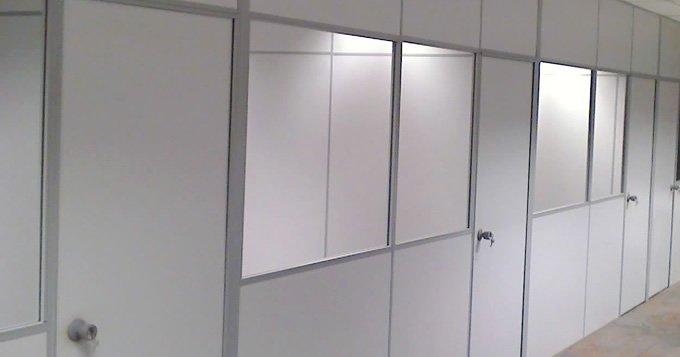 divisoria-eucatex-naval-cinza-com-acesso-vidro.jpg