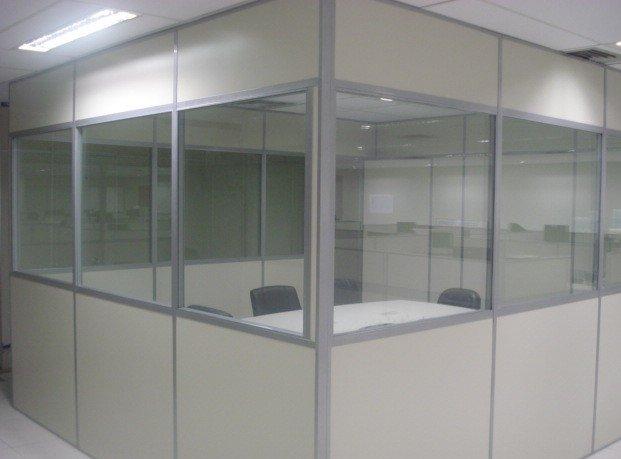 divisoria-eucatex-naval-gelo-com-perfil-cinza-acesso-de-vidro.jpg