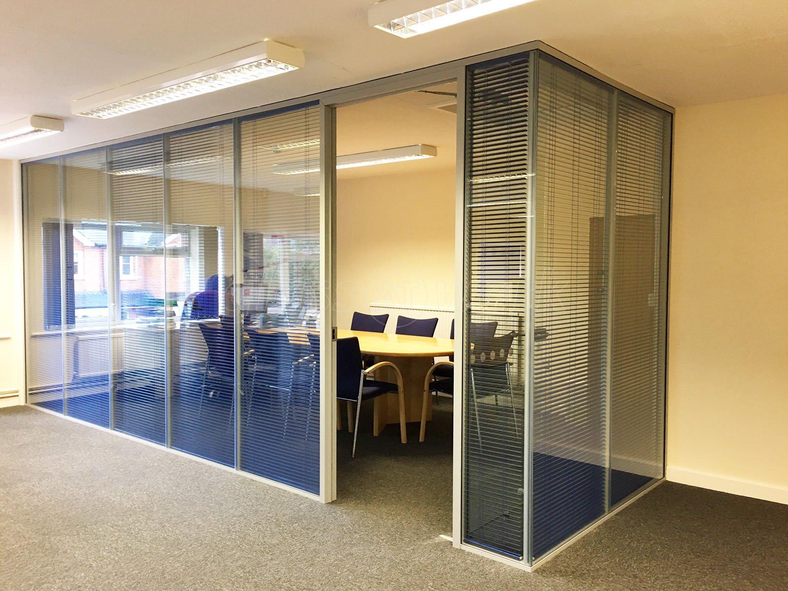divisoria-micro-persiana-entre-vidros-piso-teto-sala-reuniao.jpg