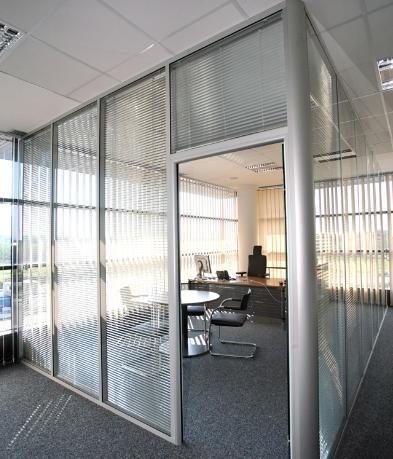 divisoria-micro-persiana-entre-vidros-piso-teto.png