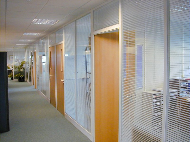 divisoria-vidro-micro-persiana-entre-vidros-piso-teto-com-porta-madeira.jpg
