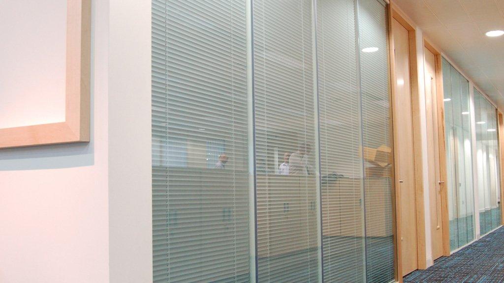 divisoria-vidro-micro-persiana-entre-vidros-piso-teto.jpg