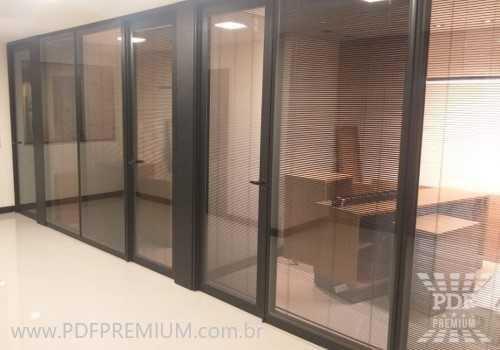 divisorias-piso-teto-alto-padrao-com-porta.jpg