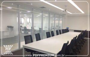 montar sala de reunião com divisórias de vidro com persianas