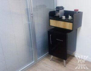 montar sala de reunião com frigobar e cafeteira